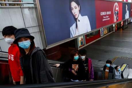 Pessoas caminham por shopping em Pequim, na China, utilizando máscaras de proteção  25/03/2020 REUTERS/Thomas Peter