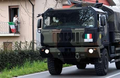 Caminhão do Exército para transporte de caixões em Seriate, na Itália 25/03/2020 REUTERS/Flavio Lo Scalzo