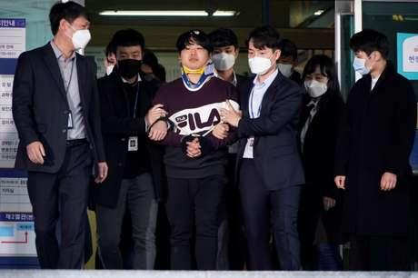 Cho Ju-bin, líder de um grupo de chantagem sexual, deixa delegacia em Seul rumo ao escritório da procuradoria sul-coreana  25/03/2020 REUTERS/Kim Hong-Ji