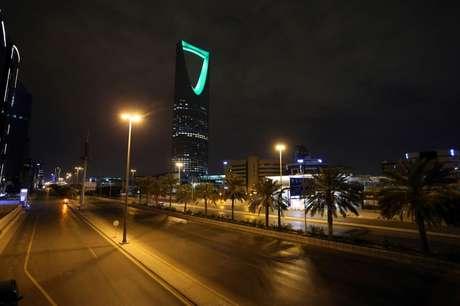 Ruas vazias em Riad, na Arábia Saudita, durante toque de recolher por causa do coronavírus  24/03/2020 REUTERS/Ahmed Yosri