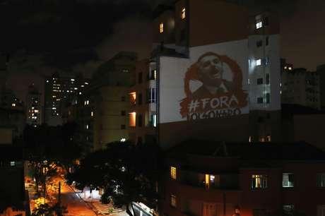 Imagem contra presidente Jair Bolsonaro é projetada em prédio de São Paulo durante pronunciamento em rede nacional 24/03/2020 REUTERS/Amanda Perobelli