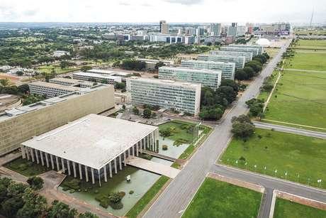 Vista aéria da Esplanada dos Ministérios, Congresso Nacional, Praça dos Três Poderes e Palácio do Planalto na cidade de Brasília, DF