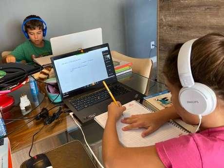 Alunos participam de aula online durante isolamento domiciliar