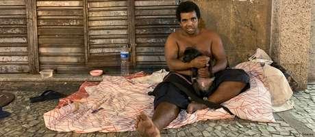 """""""Quem tem emprego consegue ir pra clínica particular. O morador de rua que pegar isso vai morrer"""", diz Paulo dos Santos"""