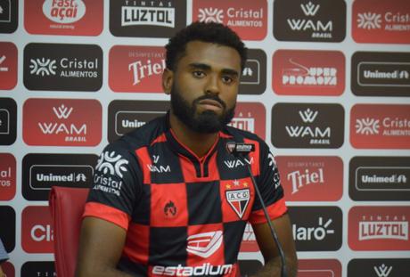 Caio Vinícius sendo apresentado pelo Atlético-GO (Foto: Divulgação)
