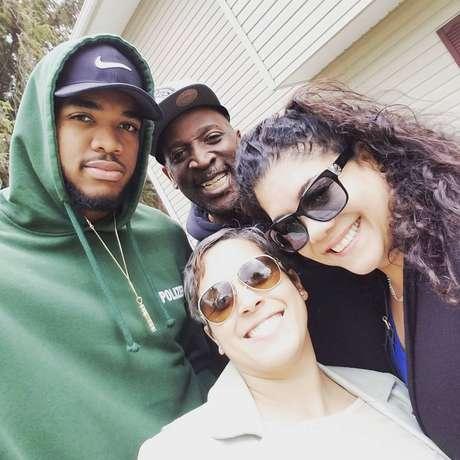 Karl-Anthony Towns posa com a família em foto divulgada nas redes sociais