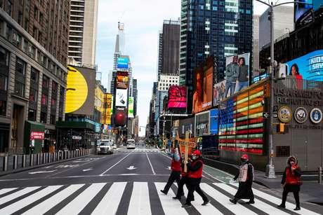 Pessoas caminham com máscaras pela Times Square, em Nova York