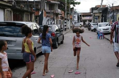 Crianças sem aula devido ao coronavírus brincam na Cidade de Deus, no Rio de Janeiro 22/03/2020 REUTERS/Ricardo Moraes