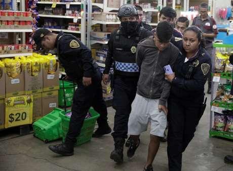 Policiais prendem suspeito em mercado saqueado na Cidade do México 26/03/2020 REUTERS/Luis Cortes