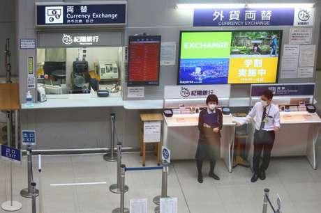 Funcionários com máscara de proteção no aeroporto internacional de Kansi, em Osaka, praticamente vazio  14/03/2020 REUTERS/Edgard Garrido