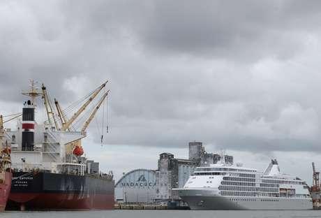 Navios atracados em Recife, PE; o cruzeiro (à direita) foi isolado após um caso de coronavírus  13/03/2020 REUTERS/Hesiodo Goes