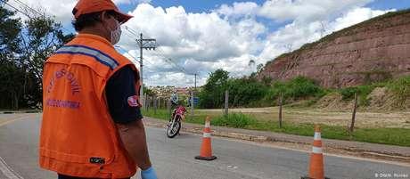 Funcionário da Defesa Civil controla acesso a São Luiz do Paraitinga