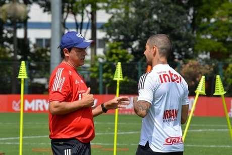 Fernando Diniz em conversa com Alexandre Pato no CT da Barra Funda (Foto: Érico Leonan/saopaulofc.net)