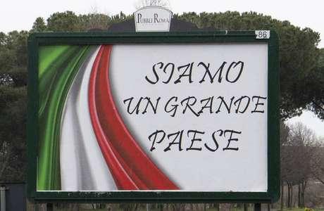 'Somos um grande país', diz placa em Roma, capital da Itália