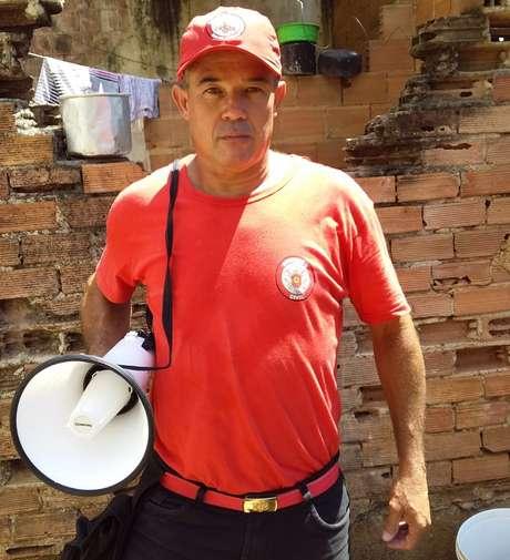 André Luís passa o dia levando solidariedade e informação aos moradores de três favelas do Rio