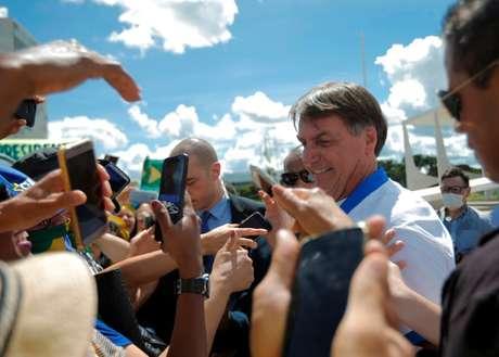 Presidente Jair Bolsonaro cumprimenta apoiadores em frente ao Palácio do Planalto durante manifestação, já em meio à epidemia do coronavírus  15/03/2020 REUTERS/Adriano Machado
