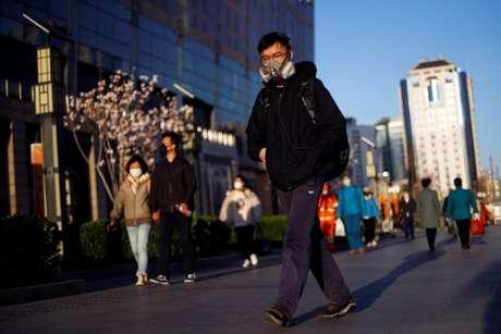 Passageiro usando máscara de proteção entra em estação de metrô em Pequim 27/03/2020 REUTERS/Thomas Peter