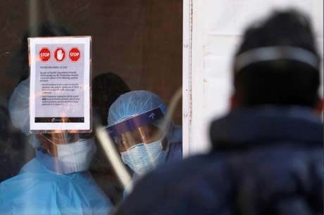 Trabalhadores com equipamento de proteção contra o coronavírus no Brooklyn Hospital Center, em Nova York (EUA)  27/03/2020 REUTERS/Andrew Kelly