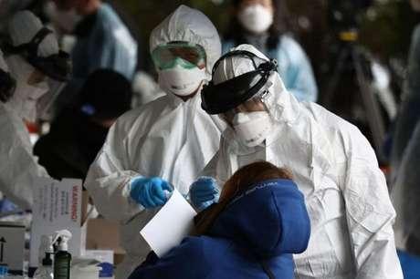 A testagem em massa é uma das razões para que a Coreia do Sul esteja conseguindo controlar a covid-19