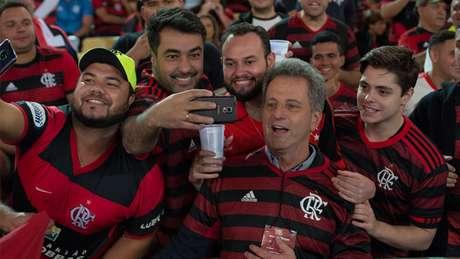 O presidente Rodolfo Landim com a torcida do Flamengo no Maracanã (Foto: Alexandre Vidal / Flamengo)