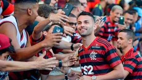 Thiago Maia atende pedidos de fotos da torcida do Flamengo no Maracanã (Foto: Marcelo Cortes / Flamengo)