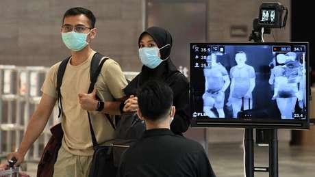 Os controles para a detecção da covid-19 em Cingapura começaram no aeroporto