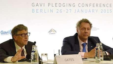 Seth Barkley (dir) e o filantropo bilionário Bill Gates (esq) em conferência de 2015; eles defendem o acesso igualitário às vacinas