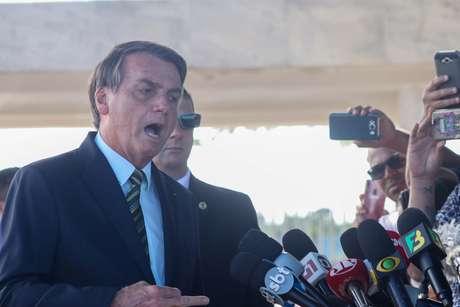 O presidente Jair Bolsonaro, conversa com a imprensa na saída do Palácio da Alvorada em Brasília (DF)