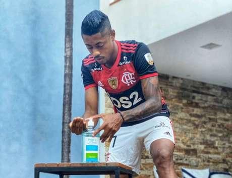 Bruno Henrique havia postado vídeo realçando a importância do álcool em gel (Foto: Reprodução / Twitter)