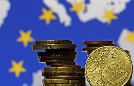 Moedas de euro em frente a uma bandeira e mapa da União Europeia 28/05/2015 REUTERS/Dado Ruvic