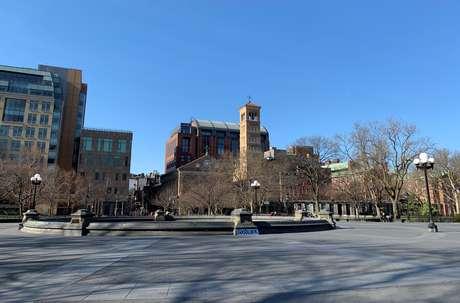 Washington Square Park , em Nova York, completamente vazio em meio a pandemia de coronavírus 18/03/2020 REUTERS/Gabriella Borter