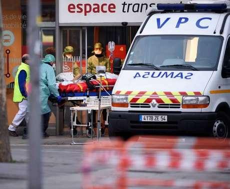 Paciente infectado pelo coronavírus sendo carregado em Nancy, na França