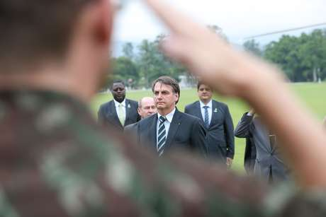 Presidente da República, Jair Bolsonaro recebe Honras Militares ao desembarcar na Academia Militar das Agulhas Negras (AMAN) em Resende, RJ.