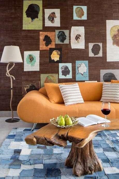 66. A sala de estar foi decorada com tapete de retalho de tecido jeans. Fonte: Pinterest