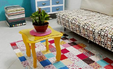 64. A sala fica muito mais colorida com o tapete de retalhos. Fonte: Pinterest