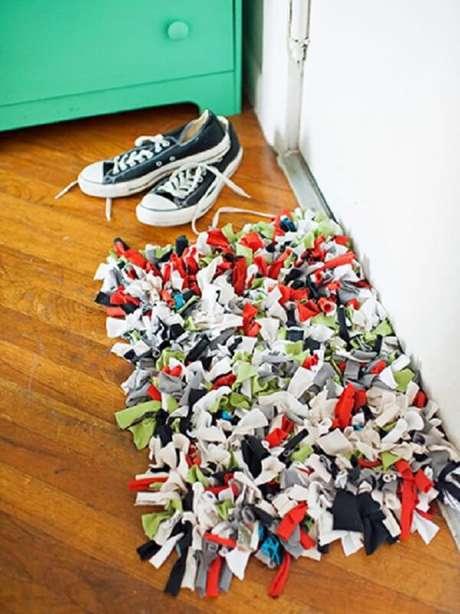 9. Decore seu ambiente com tapete de retalhos feito com camisetas antigas. Fonte: Hgtv.com