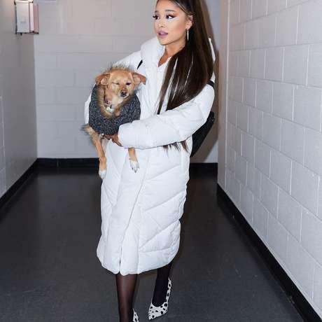 Ariana Grande publica foto exibindo seu cabelo natural