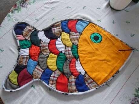 47. Modelo de tapete de retalhos costurado em formato de peixe. Fonte: Como Fazer Artesanato