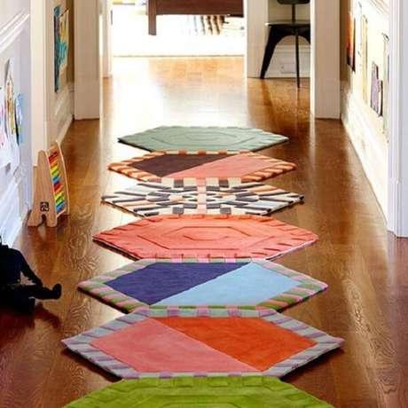 10. O corredor fica muito charmoso com a presença do tapete de retalhos coloridos. Fonte: Revista Artesanato
