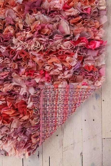 37. O lado do avesso do tapete de retalho merece um acabamento especial. Fonte: Pinterest