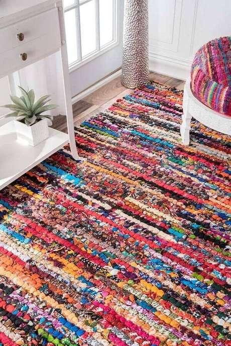 38. O tapete de retalho colorido traz alegria para a decoração da casa. Fonte: Pinterest