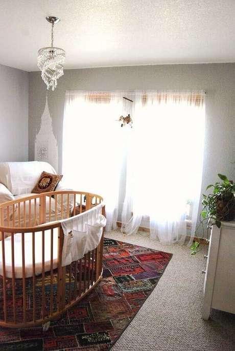 40. O tapete de retalho traz cor para o quarto de bebê. Fonte: Pinterest