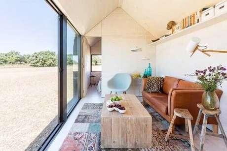 41. O tapete de retalhos coloridos alegra a sala de estar. Fonte: Pinterest