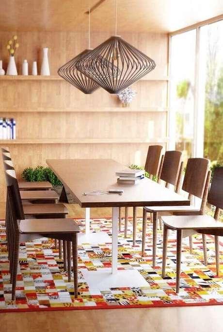 42. O tapete de retalhos coloridos decora lindamente a sala de jantar. Fonte: Pinterest