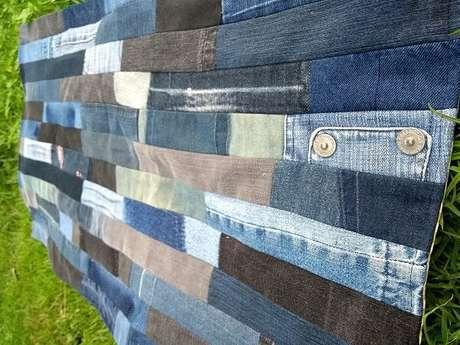 70. O tapete de retalhos com tecido jeans é sempre uma ótima opção. Fonte: Pinterest