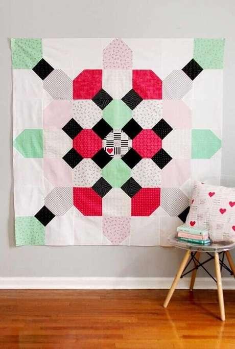 2. O tapete de retalhos pode ficar pendurado na parede e complementar a decoração do ambiente. Fonte: Pinterest