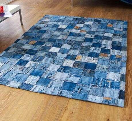 45. O tapete de tecido jeans traz descontração ao ambiente. Fonte: Pinterest