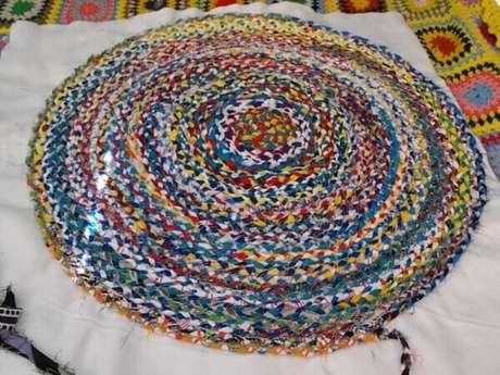 46. Modelo de tapete de retalho redondo colorido. Fonte: Pinterest