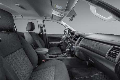 O interior tem bancos de tecido, porque o público 4x4 não quer luxo e sim desempenho.