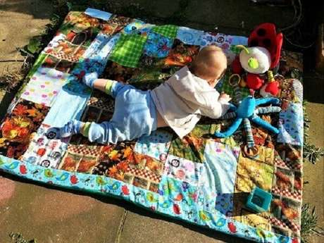 36. Reserve uma área especial para o seu bebê com o tapete de retalhos feito de patchwork. Fonte: Pinterest
